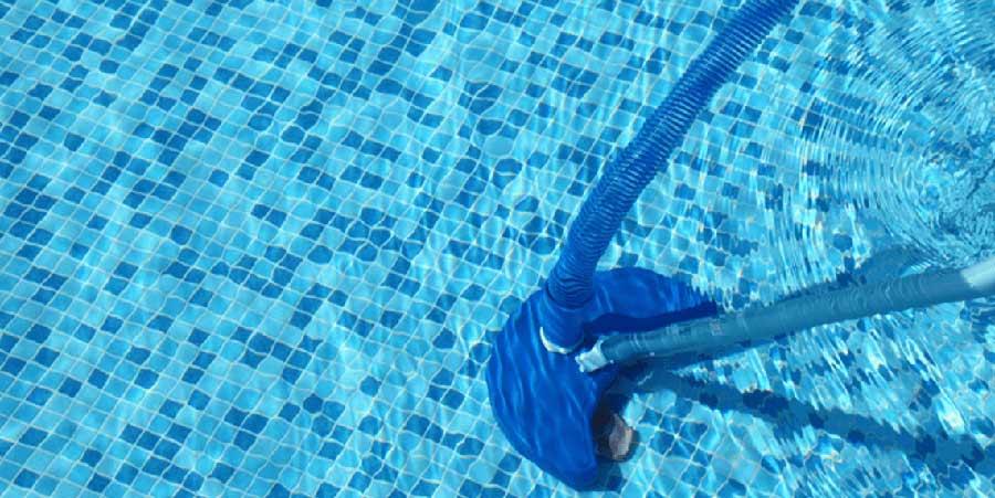 Limpiar la piscina con limpiafondos
